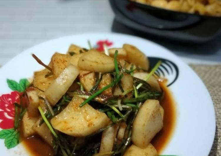 4. Kkakdugi Kimchi (Kimchi Lobak)