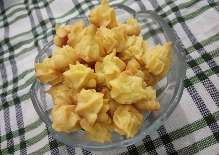 Sus Kering Keju (Crispy Cheese Choux)