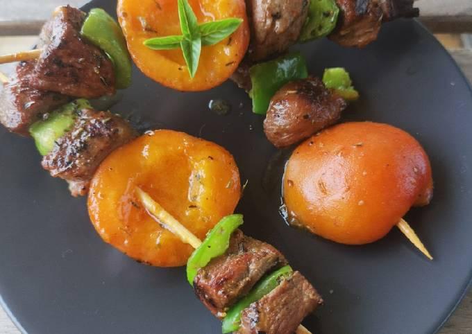 Brochette de canard au miel et abricot confites