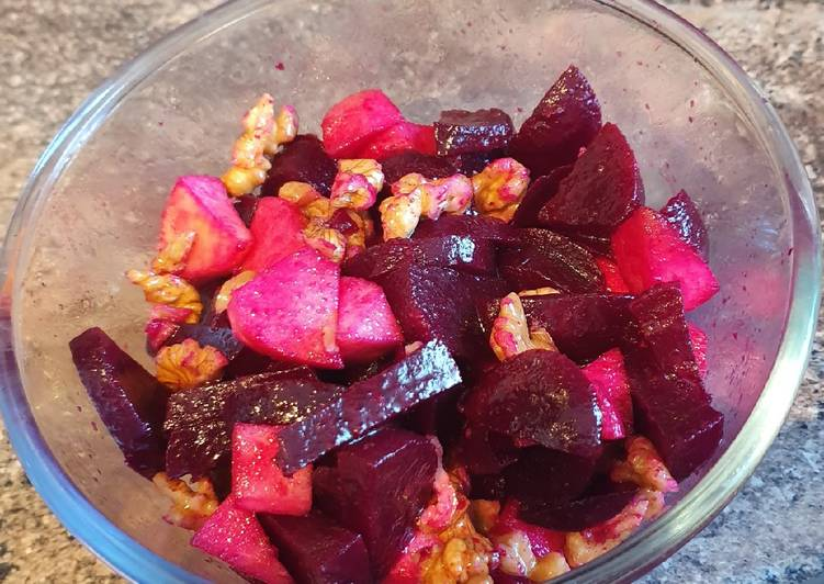 Recipe of Quick Beetroot, walnut and apple salad (Zia Enza's salad)