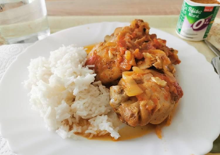 Pollo guisado en salsa light con arroz al coco