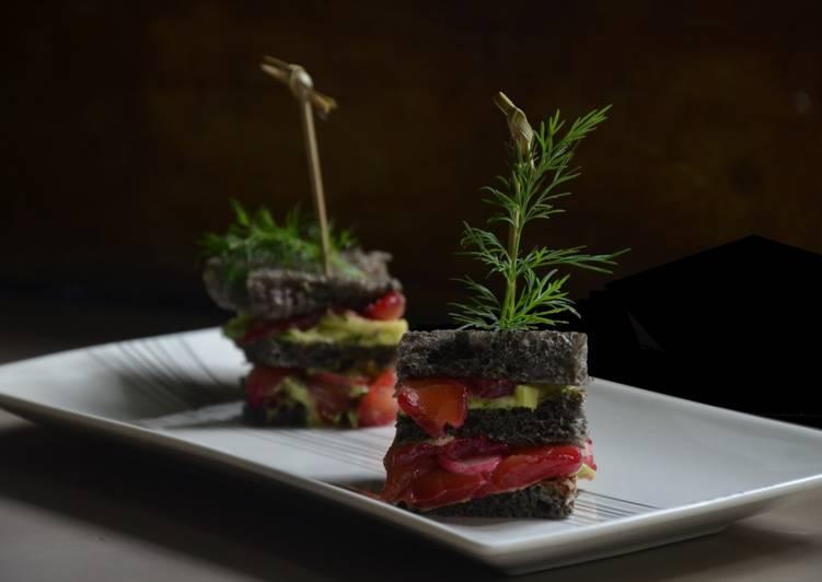 Club sandwich pain à l'encre de seiche, avocat et saumon gravlax à la betterave