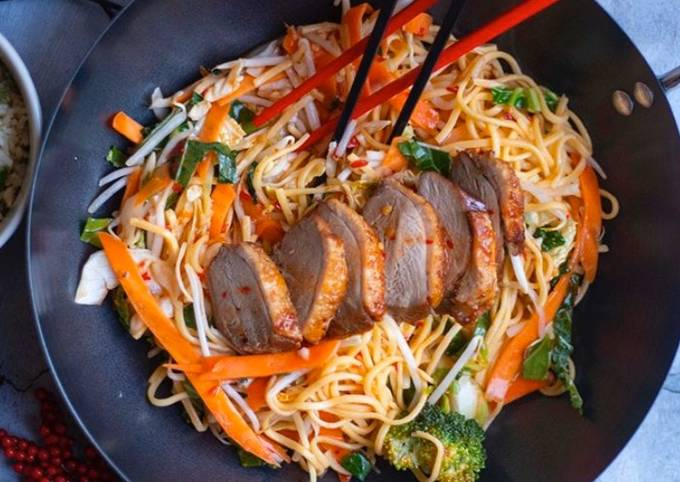 Recipe: Yummy Stir fried egg noodles with roasted duck in sweet chilli plum sauce