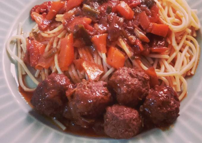 Boulettes de bœufs à la sauce rouge aux spaghettis