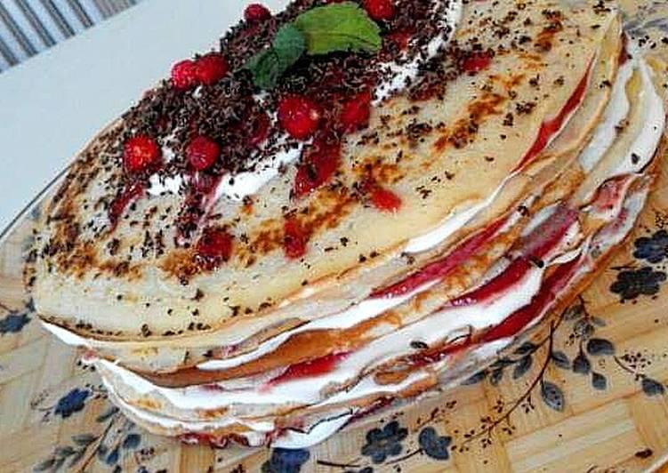 Gâteau aux crêpes avec confiture de fraises