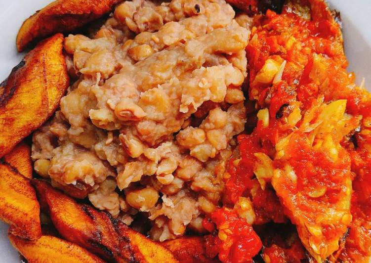 Beans with fried plantain and sauce