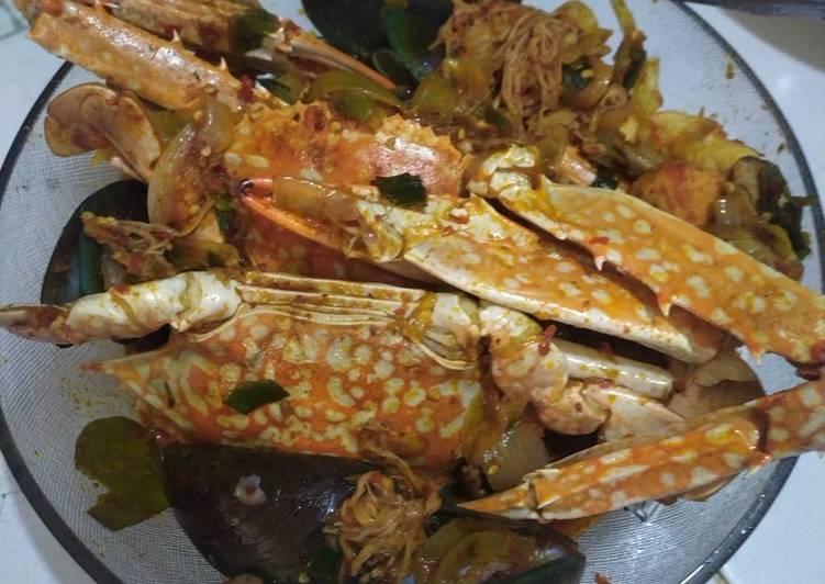 Seafood kuah pedas (rajungan, kerang, jamur dan baso ikan)
