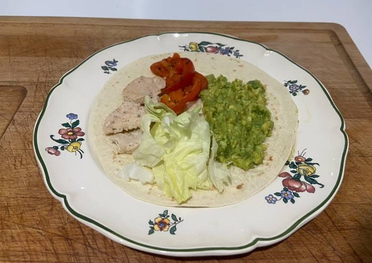 Des tapas aux poulets,guacamole,salade verte,poivron rouge