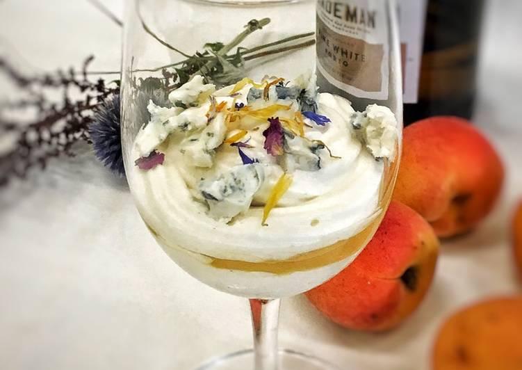 Weiße Portweincreme mit Aprikose und Blauschimmelkäse