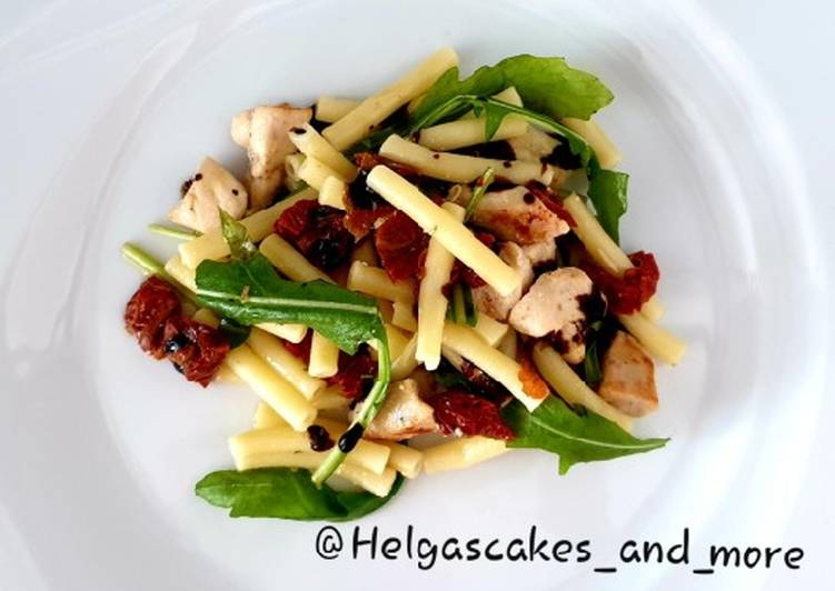Pasta-Rucola-Salat mit gebratenem Hähnchen