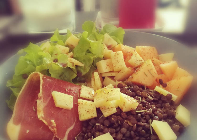 Salade, lentilles, jambon, melon et comté