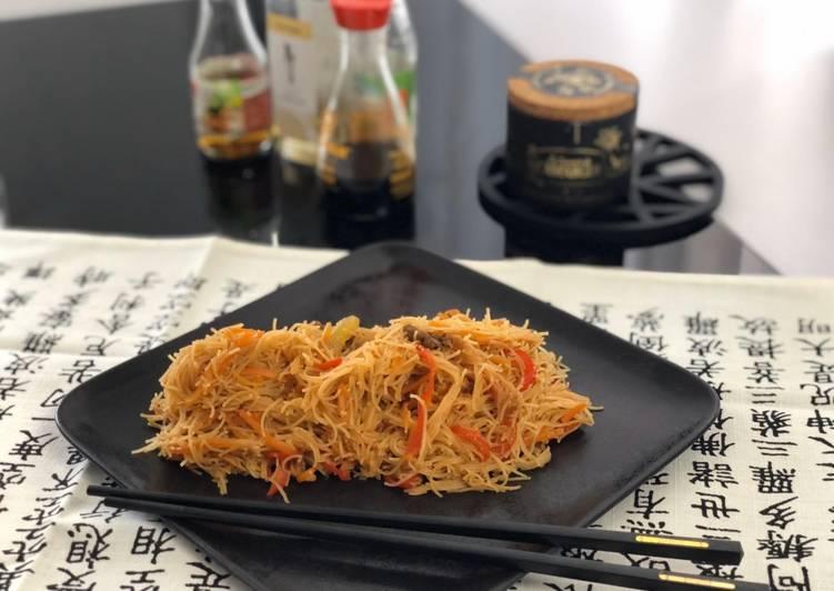 Nouilles de riz sautées au bœuf, poivrons et sésame