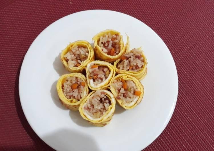 Nasi goreng gulung telur (bekal anak)