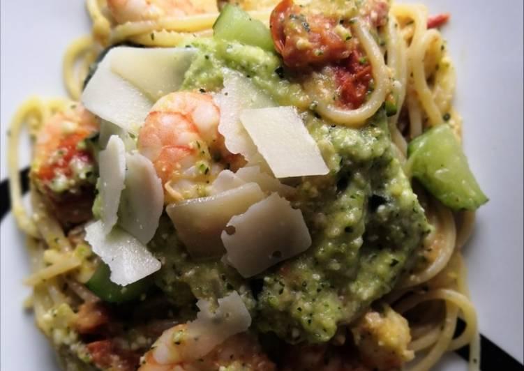 Délicieux Spaghettis Scampis à la crème de pesto courgettes et tomates 🇮