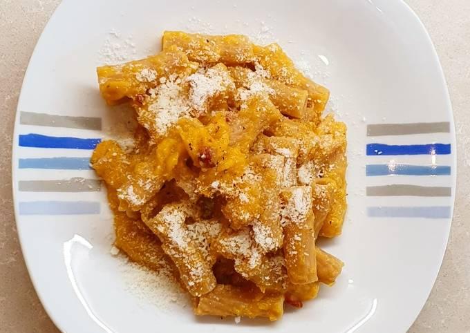 Pasta con zucca, speck e pecorino
