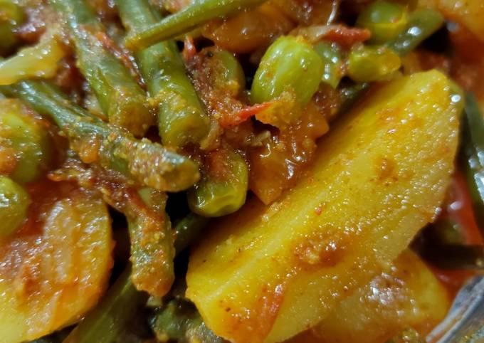 French beans potatoes and peas curry in African style
