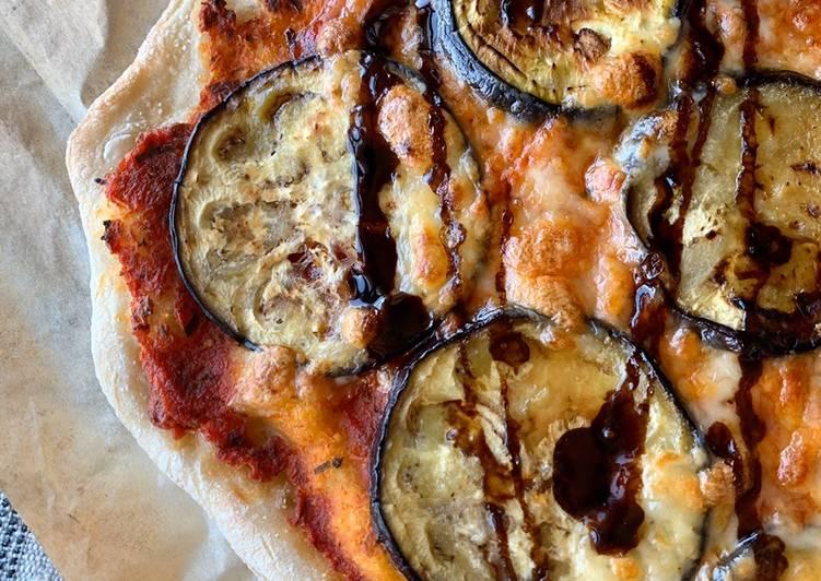 Pizza de berenjena con miel y vinagre balsámico