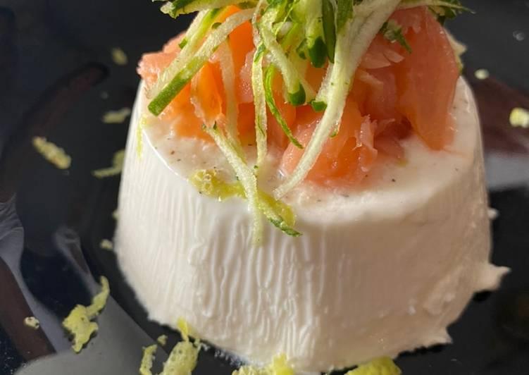 Panna cotta al parmigiano con salmone, zucchine e limone rape'