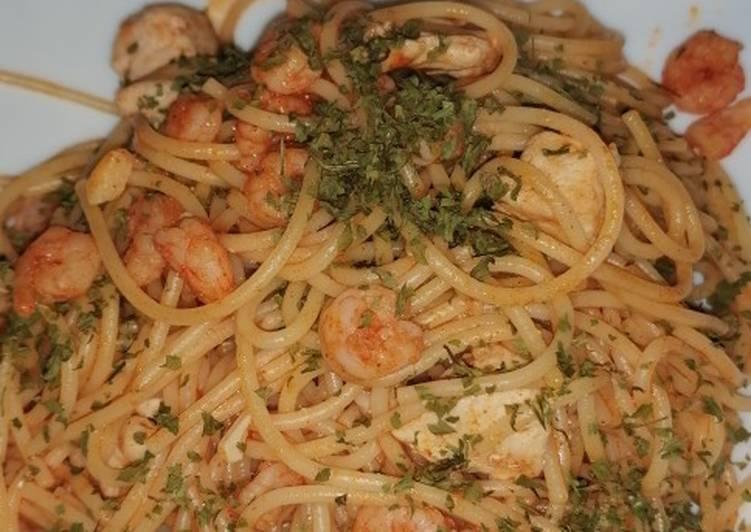 Spaguettis con pollo y gamba