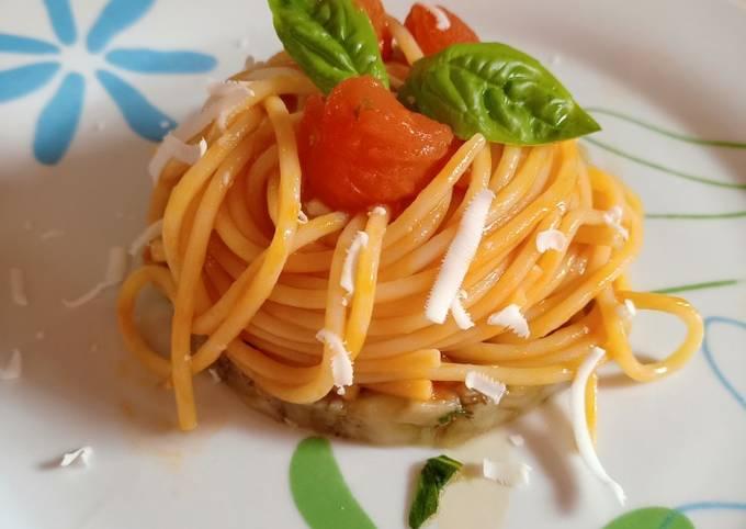 Spaghetti al pomodoro con cacioricotta su tartare di melanzana