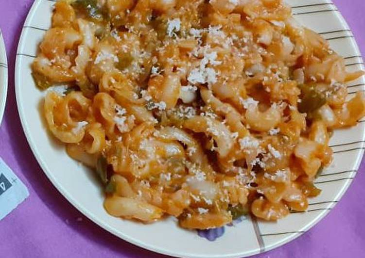 Red and white sauce pasta