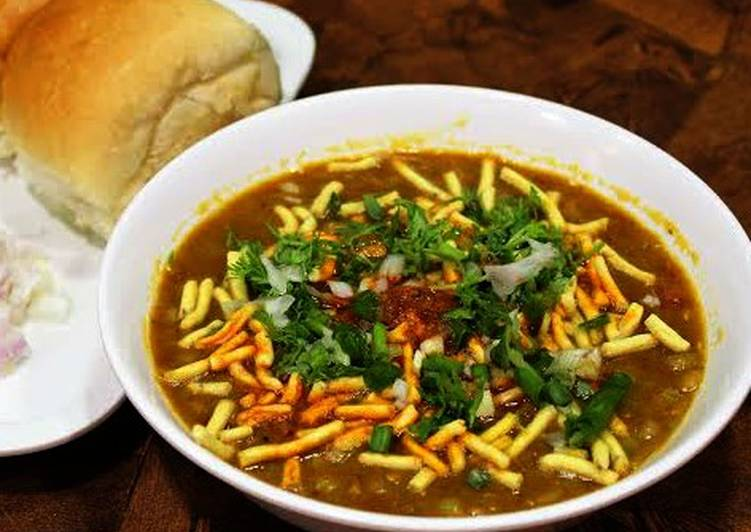 10 Minute Recipe of Quick Baroda Style Sev Usal