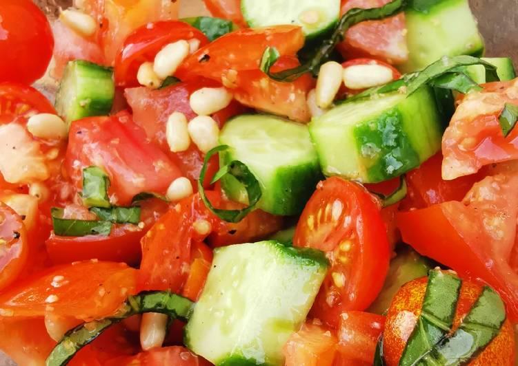 Comment Préparer Des Salade fraîcheur tomates cerise, mini concombre et pignon de pin