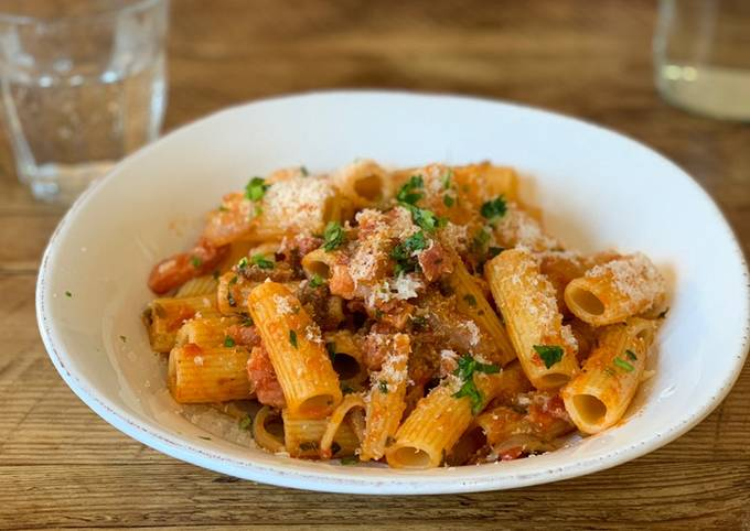 Tomato sauce, onion, mashroom, bacon pasta