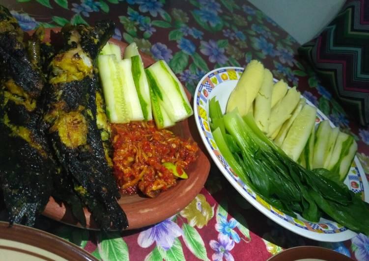 Langkah Mudah untuk Menyiapkan Lalapan sayur with Lele Bakar bumbu kuning Anti Gagal