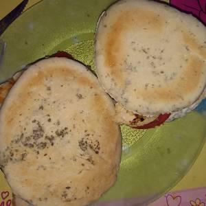 Sándwich de pollo con pan árabe casero