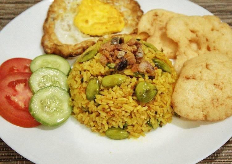 Nasi goreng kunyit dengan ikan asin & petai