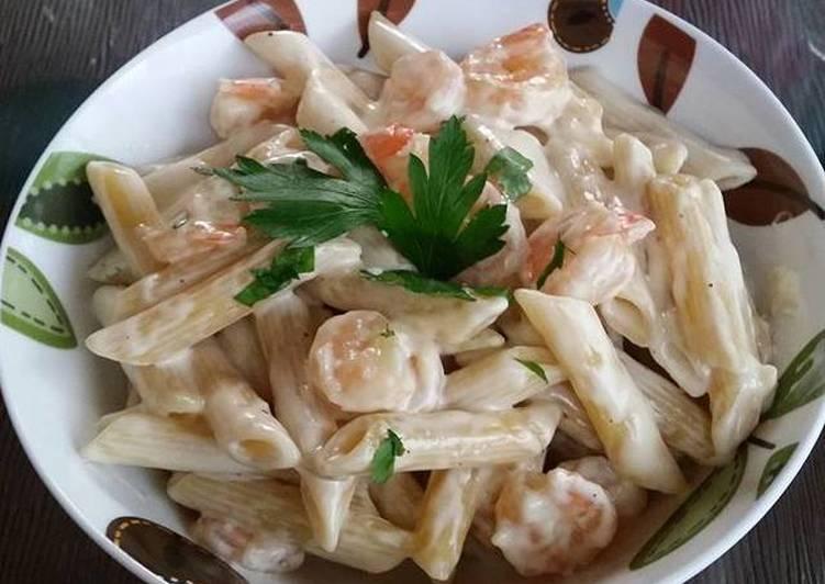 Pasta con salsa cremosa, camarones y limón