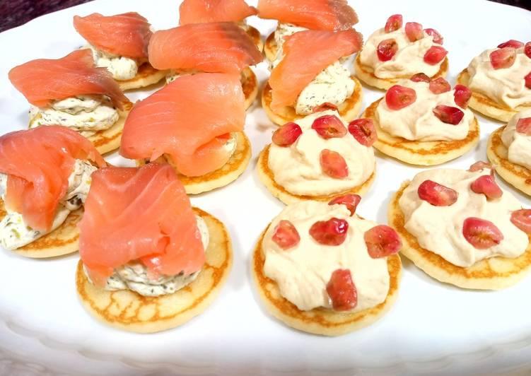 Blinis: hummus y granada/queso al eneldo, pistachos y salmón