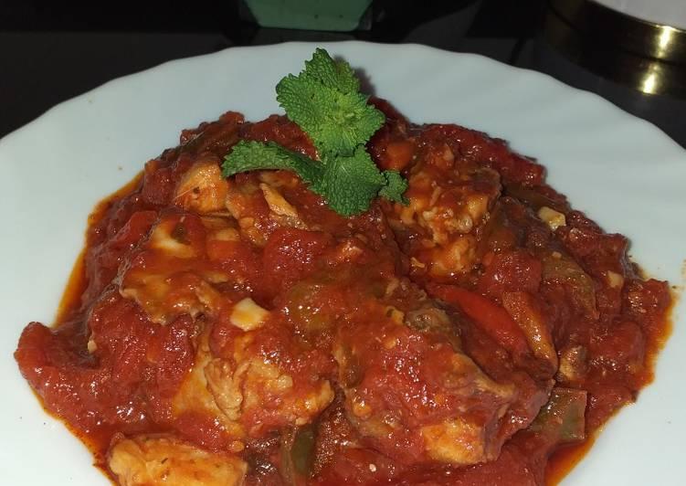 Sofrito de pollo con salsa de tomate