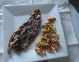 Carne asada con polvo de charal y mezcal con chile en polvo y guacamole con xoconostle
