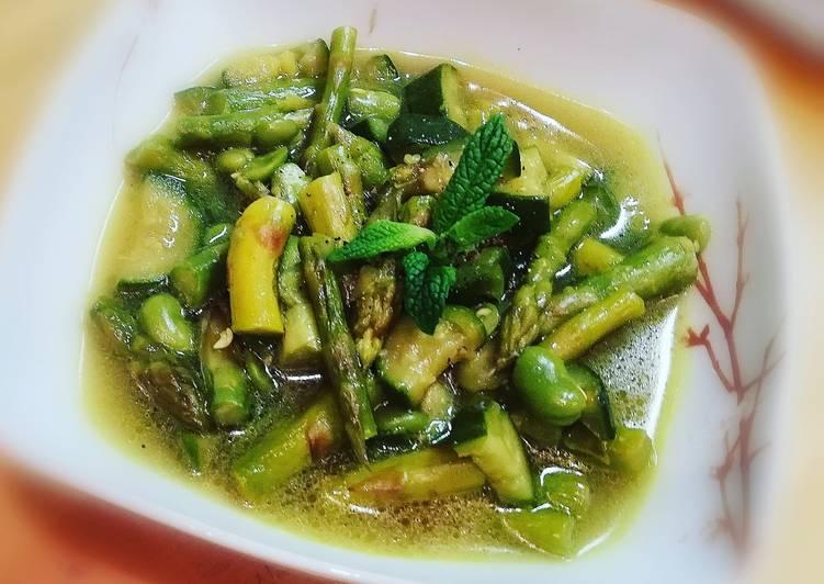 Minestra primavera con zucchine, asparagi e fave