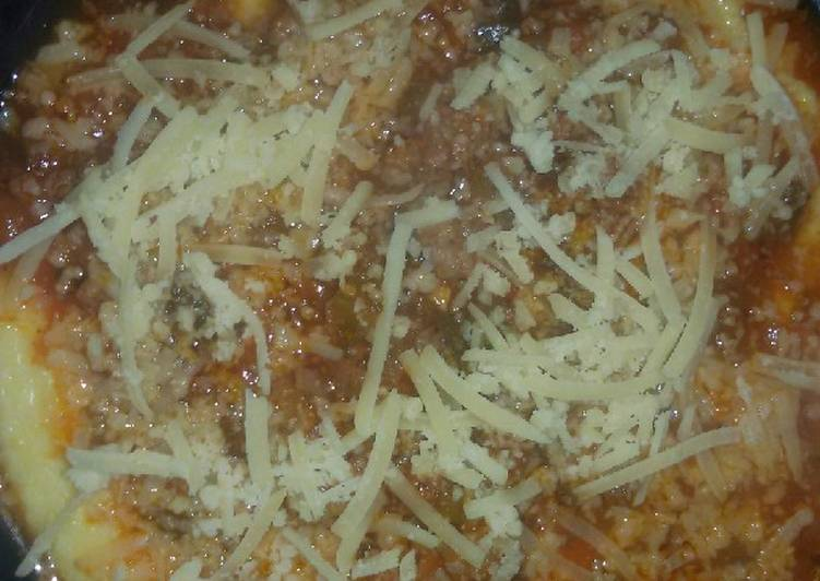 Polenta cremosa con salsa bolognesa