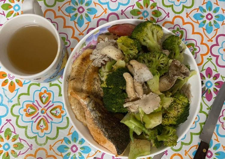 Salmon & Chicken steak with broccoli mushroom   #Edema - no salt? #211 plate