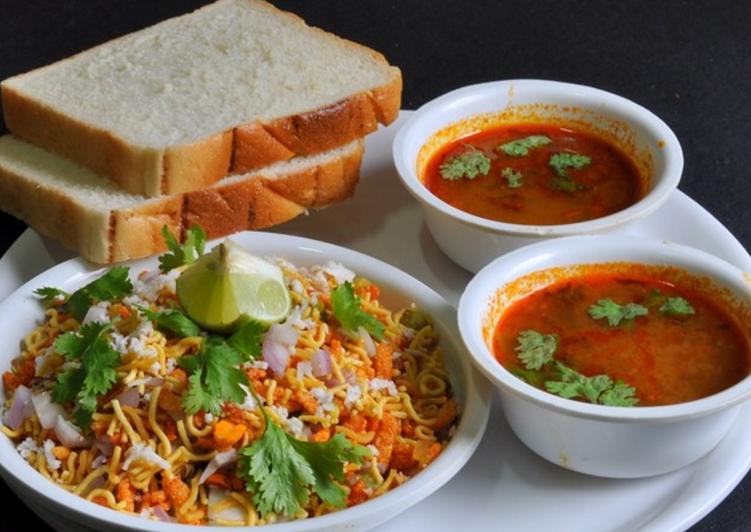 """Kolhapuri """"Misal Pav"""" Recipe"""