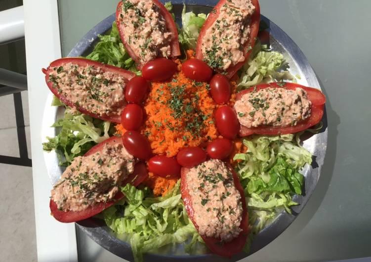 Comment Servir Salade d été tomates farcies jambon feta menthe lit de laitue et carottes râpées