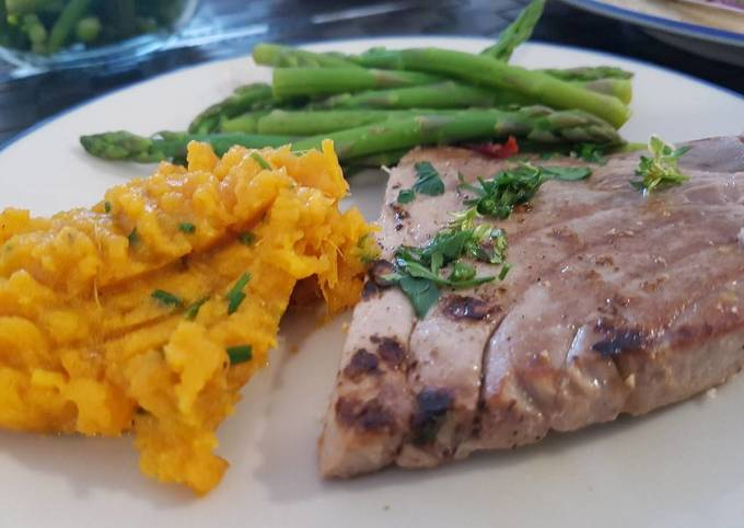 Grilled tuna with sweet potato mash and asparagus