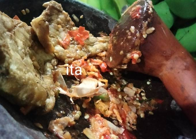 sambel bawang + tempe goreng penyet anget - resepenakbgt.com
