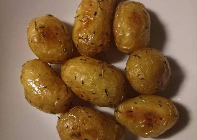 Roasted potatoes with olive oil and herbs