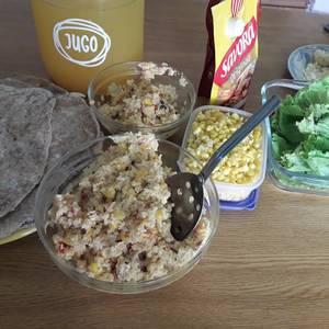 Tacos de harina integral, rellenos de arroz integral y verduras súper saludables