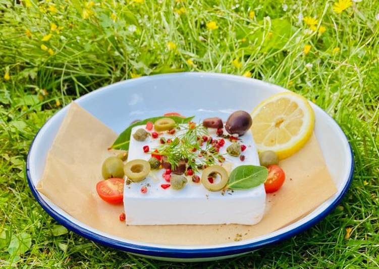 Recipe: Tasty Baked Vegan Feta with olives, pink peppercorns, lemon and summer herbs and veggies 🌱