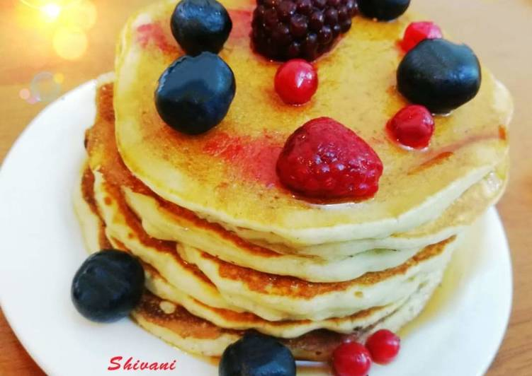 Oats Pancakes with Honey and Berries (Eggless)