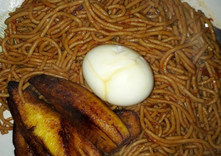 Spaghetti with fried plantain and egg