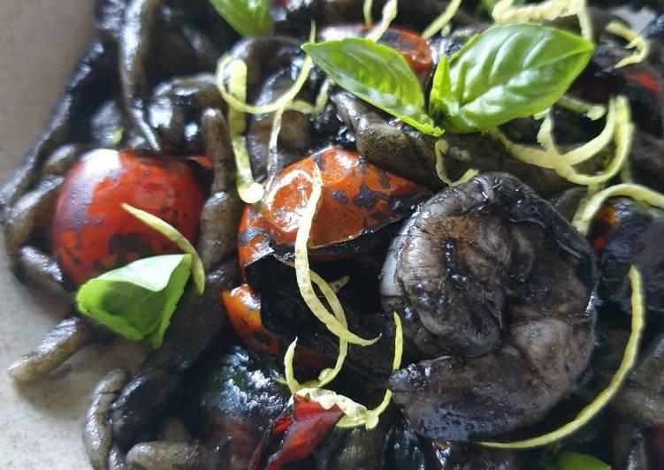 Trofie al nero con pomodorini, gamberi, limone e basilico 🍃