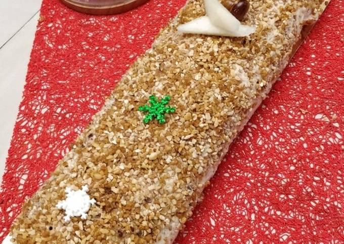 Biscuit roulé aux amandes, mousse de praliné et poires fraîches