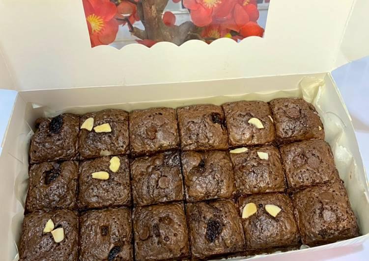 shiny-crust-brownies-potong